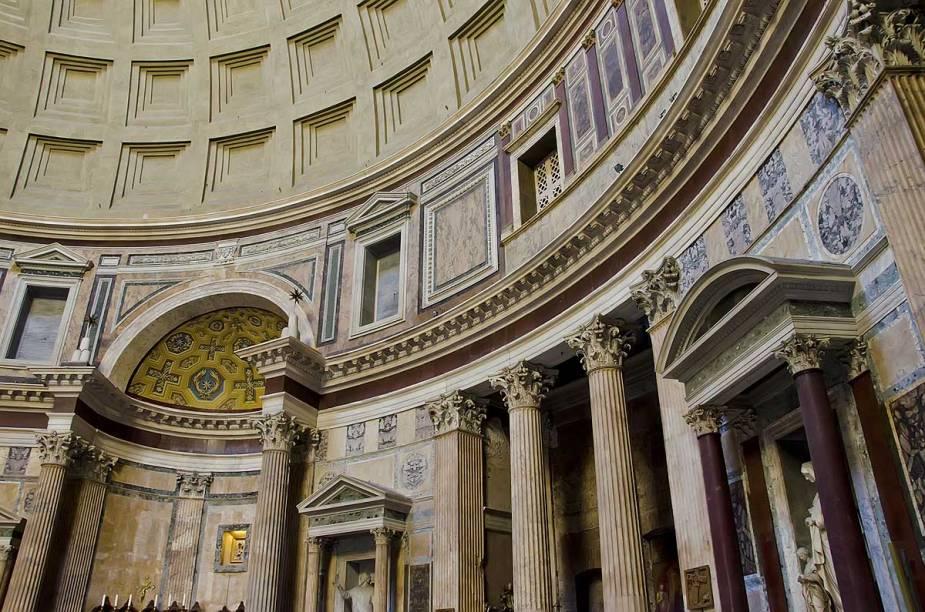 O interior do Panteão é revestido de mármore e hoje guarda estátuas de santos católicos em seus nichos na parede circular