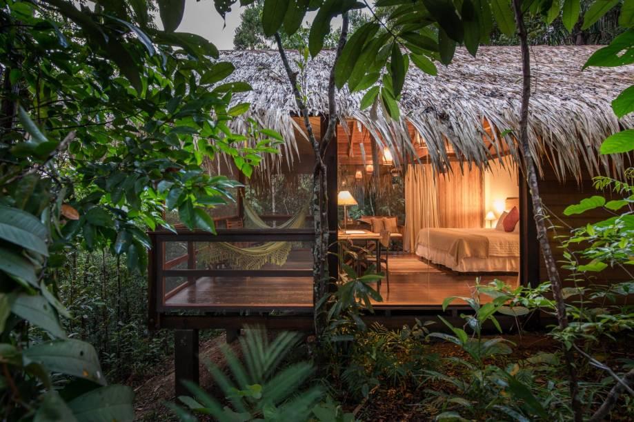 """<a href=""""http://www.anavilhanaslodge.com/wordpress/"""" target=""""_blank"""" rel=""""noopener""""><strong>Anavilhanas Jungle Lodge</strong></a> Tem os melhores quartos entre as hospedagens de selva. Da cama, o hóspede vê a mata –algumas paredes são de vidro. Do alto dos 15 metros do mirante do hotel, os olhos percorrem o arquipélago de Anavilhanas. E a piscina por pouco não deságua no Rio Negro! Leva os hóspedes até a Gruta do Madadá e tem tour de lancha pelo gigantesco arquipélago de Anavilhanas incluído na diária. Abriga lojas de conveniência e de artesanato e a internet chega até os apartamentos. As camas-box são cobertas com bom enxoval e travesseiro de pena de ganso, e a ducha tem pressão na medida"""