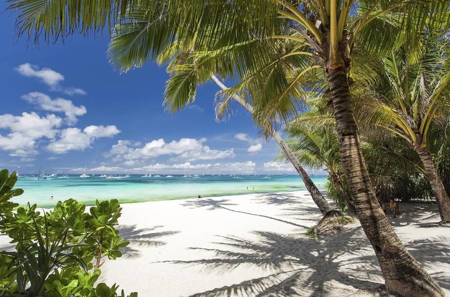 """<strong><a href=""""http://viajeaqui.abril.com.br/estabelecimentos/republica-dominicana-punta-cana-atracao-isla-saona"""" rel=""""Ilha Saona (República Dominicana)"""" target=""""_blank"""">Ilha Saona (República Dominicana)</a></strong>    O tour, organizado por todos os hotéis da região, vale muito a pena: os dominicanos dizem que o filme dos anos 1980 """"A Lagoa Azul"""", com Brooke Shields, foi gravado em Saona, mas não é verdade: a obra foi filmada em Fiji e na Jamaica. Mas isso não diminui o impacto que a ilha causa nos visitantes (que chegam lá durante a manhã e ficam até o final da tarde). São praias de areia fofa e branca, cercadas por coqueiros e banhadas por um fascinante mar azul. Além de nadar, os visitantes podem aprender danças caribenhas com os nativos e se deleitar com deliciosas receitas de frutos do mar."""