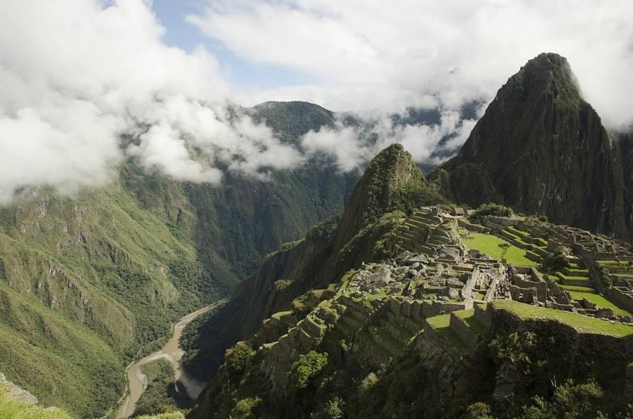 """<strong>Trilha Inca (Peru)</strong>        A antiga trilha aberta pelos incas, que leva ao vale sagrado de <a href=""""http://viajeaqui.abril.com.br/cidades/peru-machu-picchu"""" rel=""""Machu Picchu"""" target=""""_blank""""><strong>Machu Picchu</strong></a>, hoje é percorrida por milhares de aventureiros que encontram montanhas com picos congelados, florestas altas, ruínas e penhascos ao longo do caminho. Julho é o mês mais recomendado para encará-la por ser uma época seca e sem chuva. O trajeto clássico tem aproximadamente 45 quilômetros e dura quatro dias. No entanto, existem opções de trilhas mais curtas (dois dias, por exemplo). O mal de altitude é o principal vilão para os aventureiros, que normalmente é combatido mascando folhas de coca"""