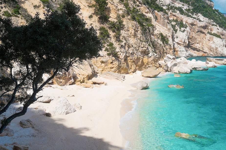 """<strong>Cala Mariolu</strong> A região de Baunei é conhecida pelas praias de água cristalina na Sardenha. Cala Mariolu atrai milhares de turistas todos os anos em busca de suas águas azul-turquesa.<a href=""""https://www.booking.com/searchresults.en-gb.html?aid=332455&lang=en-gb&sid=eedbe6de09e709d664615ac6f1b39a5d&sb=1&src=index&src_elem=sb&error_url=https%3A%2F%2Fwww.booking.com%2Findex.en-gb.html%3Faid%3D332455%3Bsid%3Deedbe6de09e709d664615ac6f1b39a5d%3Bsb_price_type%3Dtotal%26%3B&ss=Baunei%2C+%E2%80%8BSardinia%2C+%E2%80%8BItaly&checkin_monthday=&checkin_month=&checkin_year=&checkout_monthday=&checkout_month=&checkout_year=&no_rooms=1&group_adults=2&group_children=0&from_sf=1&ss_raw=Bauney+&ac_position=0&ac_langcode=en&dest_id=-111354&dest_type=city&place_id_lat=40.033298&place_id_lon=9.66667&search_pageview_id=04199039c5720521&search_selected=true&search_pageview_id=04199039c5720521&ac_suggestion_list_length=2&ac_suggestion_theme_list_length=0&district_sel=0&airport_sel=0&landmark_sel=0"""" target=""""_blank"""" rel=""""noopener""""><em>Busque hospedagens emBauney no Booking.com</em></a>"""