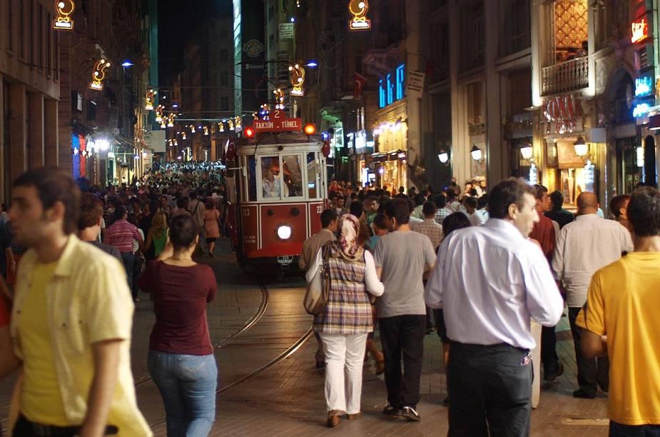 A Avenida Istiklal (em turco: İstiklâl Caddesi), no sofisticado bairro de Beyoğlu, em  Istambul, é ótima para compras e para experimentar quitutes da culinária turca