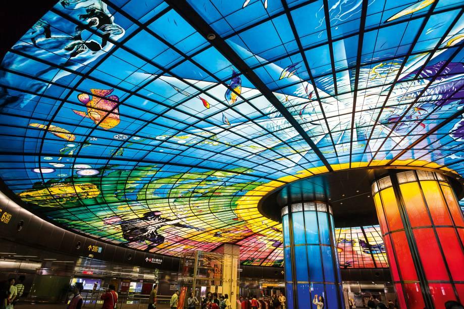 <strong>Para ser telúrica</strong>O Dome of Light, um enooooorme vitral feito pelo artista italiano Narcissus Quagliata, é o retumbante sucesso turístico da estação Formosa Boulevard de Kaohsiung, em Taiwan. O negócio ali é mega. Feita com gigantes painéis de vidro made in Alemanha, a cúpula faz um jogo de luzes hipercoloridas enquanto vai mostrando imagens que representam a água, o útero, o fogo, a prosperidade, a destruição, o renascimento...