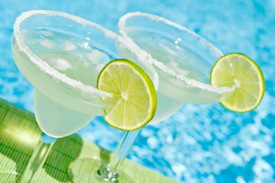 A margarita é um coquetel feito com tequila, sal, suco de limão e licor de laranja