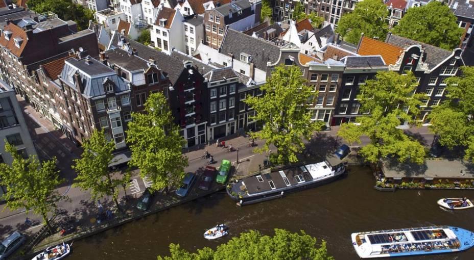 O ar burguês das casas de tijolos aparentes, alamedas arborizadas e incontáveis pontes oferecem um ar romântico e bem agradável a Amsterdã