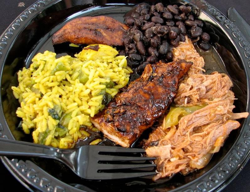 Habitada originalmente por povos indígenas, colonizada por uma mistura de europeus (espanhóis, holandeses, ingleses e franceses) e escravos vindos da África, o Caribe é como um pequeno cruzamento do mundo. Hoje, populações consideráveis de indianos e chineses povoam muitas das ilhas e todos deram sua contribuição à cultura e gastronomia locais.Poucos pratos sintetizam melhor o sabor <em>creole </em>caribenho que o jerk chicken jamaicano. Presente em barraquinhas à beira da estrada, restaurantes de shopping e estabelecimentos estrelados, ele é feito em grandes churrasqueiras e possui um sabor único, sempre acompanhado de um feijão com arroz muito bem temperado (e diferente do nosso).Os <strong>restaurantes do Caribe </strong>são variados e atendem bem seu público, servindo peixes e crustáceos nas mais diferentes formas. Nos resorts, casas estreladas oferecem pratos que deixarão todos felizes, com opções de comida mexicana, carnes, italiana, japonesa, mediterrânea e até brasileira.