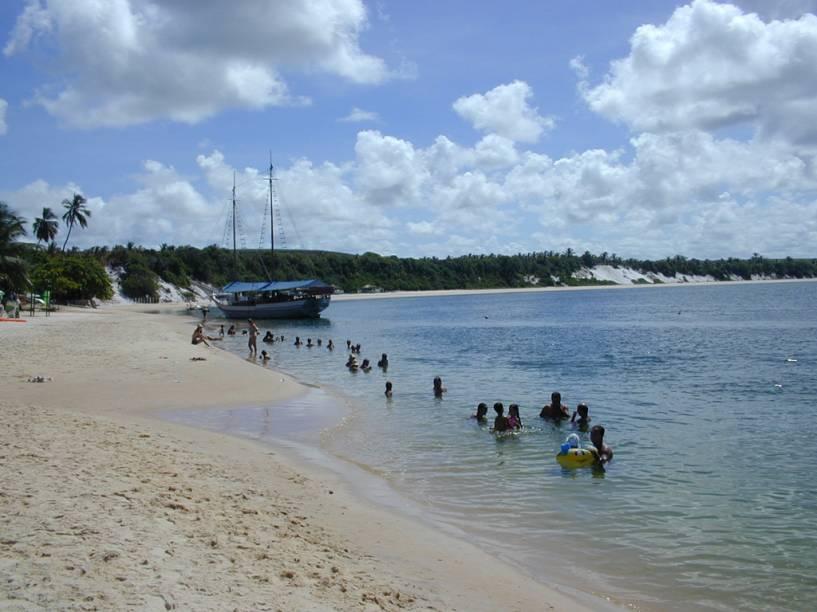 Um dos locais preferidos pelos que vão a Barra de São Miguel, a Praia do Gunga está localizada onde o mar encontra a bela Lagoa do Roteiro