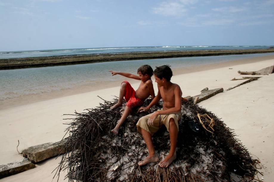 A Praia Saco da Pedra é mais deserta que a vizinha Praia do Francês. Há três maneiras de chegar ao local: a pé, de carro ou de barco, mas para chegar a pé, a partir da Praia do Francês, a maré tem de estar baixa