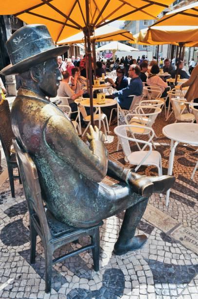 A estátua esculpida em bronze do poeta português Fernando Pessoa divide espaço com as mesinhas ao ar livre dispostas em frente ao tradicional café A Brasileira, no Chiado, bairro lisboeta onde Pessoa nasceu. Criada pelo artista Antônio Augusto Lagoa Henriques, a obra foi inaugurada em 13 de julho de 1988, por iniciativa da Câmara Municipal de Lisboa.