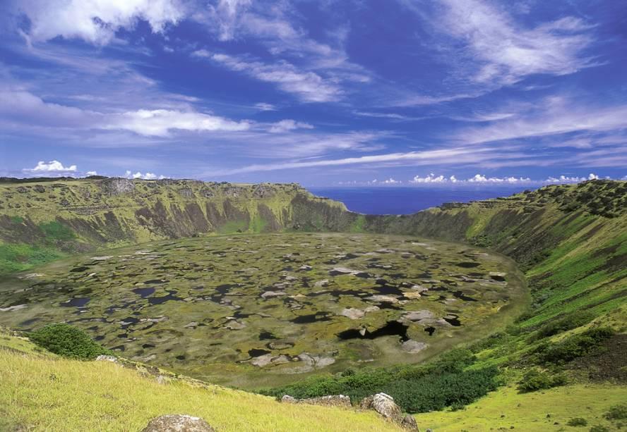 O Vulcão Rano Kau é um dos três que deram origem à Ilha. Já extinto, abriga uma lagoa com 250 metros de profundidade no interior da cratera