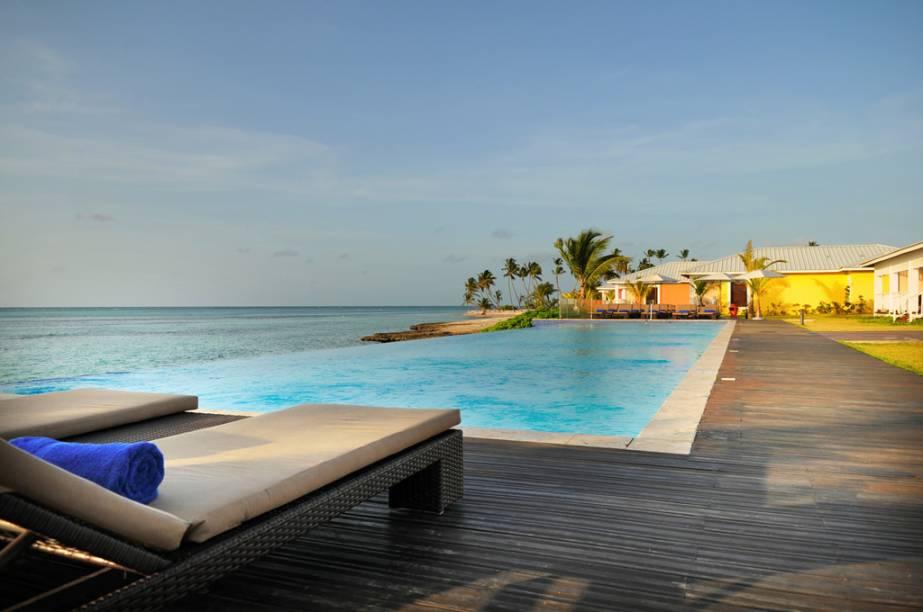 A água da piscina de borda infinita do resort Club Med se confunde com o mar
