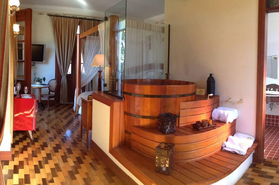 Ofurô de madeira, dentro de um dos quartos do hotel em Florianópolis