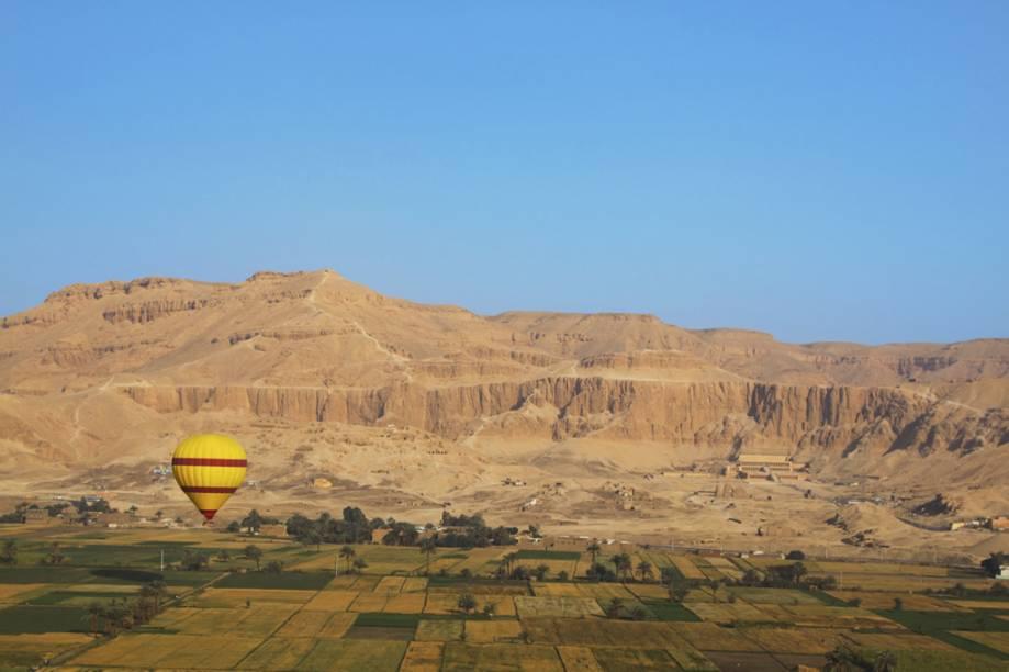Planície da margem ocidental de Luxor, com o templo de Hatshepsut à esquerda. Atrás dessas montanhas encontram-se o Vale dos Reis