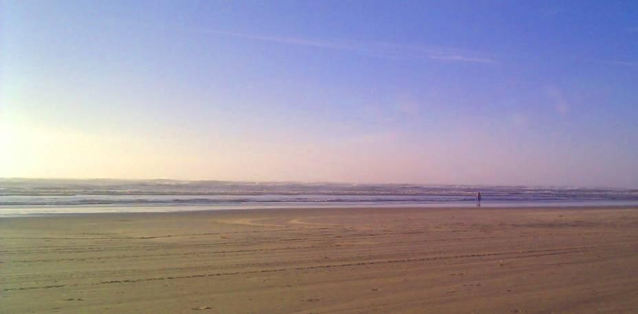 Durante a alta temporada, no verão, a Praia Grande ficacom asareias ocupadas e com muitos quiosques para receber os turistas. No resto do ano, ela fica assim, calminha...