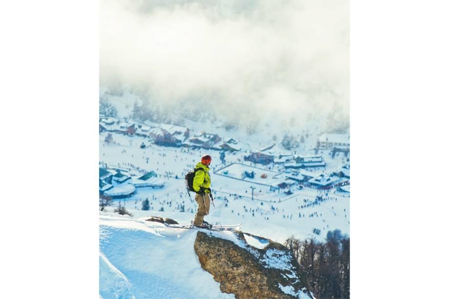 """O esquiador no ponto mais alto da estação de <strong>Cerro Catedral</strong>, em <strong><a href=""""http://viajeaqui.abril.com.br/cidades/ar-bariloche"""" rel=""""Bariloche"""" target=""""_blank"""">Bariloche</a></strong>"""