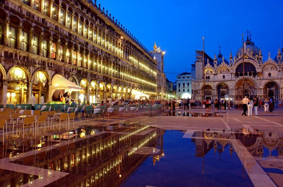 """<strong>Piazza San Marco – <a href=""""https://viagemeturismo.abril.com.br/cidades/veneza-15/"""" target=""""_blank"""" rel=""""noopener"""">Veneza</a> – <a href=""""https://viagemeturismo.abril.com.br/paises/italia-2/"""" target=""""_blank"""" rel=""""noopener"""">Itália </a></strong> Uma das mais belas e imponentes praças do mundo. A Piazza é um dos melhores pontos para curtir a paisagem e ver o povo passando por Veneza, mas também um dos lugares mais fortemente afetados durante as enchentes regulares da cidade, que são mais comuns durante o inverno. Para ver os museus que ficam na praça, é importante chegar cedo, antes da invasão de turistas. Sugerimos voltar à tardinha para o pôr do sol e quem sabe um café na <a href=""""http://viajeaqui.abril.com.br/estabelecimentos/italia-veneza-restaurante-caffe-florian"""" target=""""_blank"""" rel=""""noopener"""">Florian</a>, a cafeteria mais antiga da Itália. À noite, sua atmosfera é simplesmente mágica. Para conferir a melhor vista de Veneza, suba o elevador da <strong>torre do campanário </strong>que fica em um dos cantos da praça. Com sua primeira versão erguida no século 9, a torre desmoronou em 1902 e foi reconstruída de acordo com o projeto do século 16 <a href=""""https://www.booking.com/searchresults.pt-br.html?aid=332455&sid=d98f25c4d6d5f89238aebe98e11a09ba&sb=1&src=index&src_elem=sb&error_url=https%3A%2F%2Fwww.booking.com%2Findex.pt-br.html%3Faid%3D332455%3Bsid%3Dd98f25c4d6d5f89238aebe98e11a09ba%3Bsb_price_type%3Dtotal%26%3B&ss=Veneza%2C+Veneto%2C+It%C3%A1lia&is_ski_area=&ssne=Rio+de+Janeiro&ssne_untouched=Rio+de+Janeiro&checkin_year=&checkin_month=&checkout_year=&checkout_month=&group_adults=2&group_children=0&no_rooms=1&b_h4u_keep_filters=&from_sf=1&ss_raw=veneza&ac_position=0&ac_langcode=xb&ac_click_type=b&dest_id=-132007&dest_type=city&iata=VCE&place_id_lat=45.433891&place_id_lon=12.338505&search_pageview_id=ef6378843535029d&search_selected=true&search_pageview_id=ef6378843535029d&ac_suggestion_list_length=5&ac_suggestion_theme_list_length=0"""" target=""""_blank"""" rel="""""""