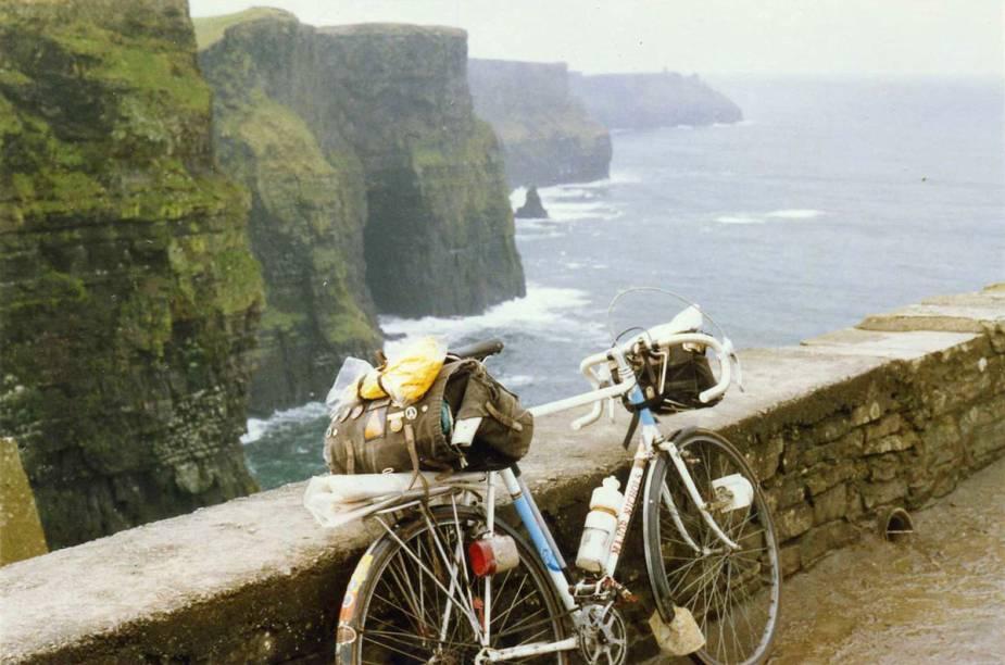 """<strong>Cliffs of Moher, <a href=""""http://viajeaqui.abril.com.br/paises/irlanda"""" target=""""_blank"""" rel=""""noopener"""">Irlanda</a></strong> Pelo caminho, é possível parar para tirar fotografias do castelo Dunglaire, conhecer o monumento O'Brien Tower, de Poulnabrone, as tumbas de Gleninsheen e Burren. Ao final da trilha, o ciclista pode tomar um banho gelado de mar ou ainda saborear uma das tradicionais cervejas irlandesas para fechar com chave de ouro a aventura. Os melhores meses para visitar o país são julho e agosto."""