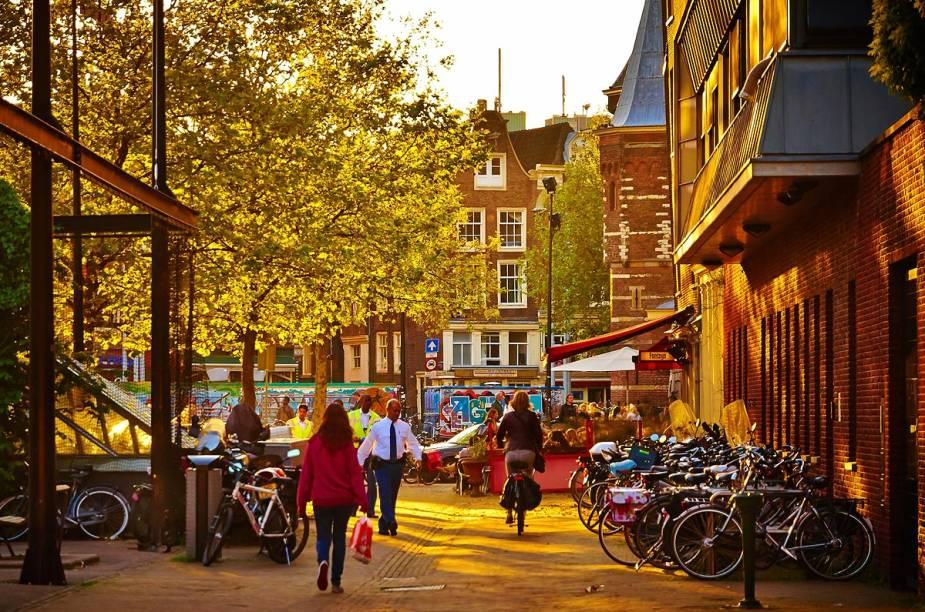 """<strong><a href=""""http://viajeaqui.abril.com.br/cidades/holanda-amsterda"""" target=""""_blank"""" rel=""""noopener"""">Amsterdã</a>, <a href=""""http://viajeaqui.abril.com.br/paises/holanda"""" target=""""_blank"""" rel=""""noopener"""">Holanda</a></strong> O caminho à beira do rio Amstel é ótimo para se ambientar à vida das bicicletas em Amsterdã. Pedalar até as vilas de pescadores Volendam e Edam, e conhecer o lago IJsselmeer, também é um itinerário imperdível. Porém, os roteiros de bicicleta não se restringem à capital. É possível chegar à <a href=""""http://viajeaqui.abril.com.br/paises/belgica"""" target=""""_blank"""" rel=""""noopener"""">Bélgica</a>, <a href=""""http://viajeaqui.abril.com.br/paises/franca"""" target=""""_blank"""" rel=""""noopener"""">França</a> e <a href=""""http://viajeaqui.abril.com.br/cidades/reino-unido-londres"""" target=""""_blank"""" rel=""""noopener"""">Londres</a> pedalando por ciclovias e estradas tranquilas, campos, rios e praias. Março e abril são os meses mais adequados para viajar ao país."""