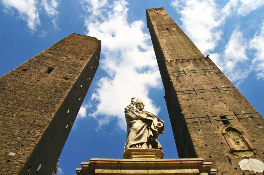 """Além dos arcos que servem como cobertura para as caminhadas quentes do verão e para os dias chuvosos, <a href=""""http://viajeaqui.abril.com.br/cidades/italia-bolonha"""" rel=""""Bolonha"""">Bolonha</a> também é conhecida pelas duas torres inclinadas – construídas por ricaços da cidade, que queriam demonstrar seu poderio, hoje elas estão tortas e uma delas (a degli Asinelli) é aberta a visitação"""
