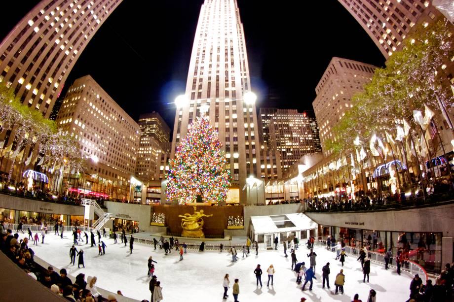 """<strong><a href=""""http://viajeaqui.abril.com.br/cidades/estados-unidos-nova-york"""" rel=""""Nova York – EUA """" target=""""_blank"""">Nova York – EUA </a></strong>    Os prédios e casas especialmente iluminados e adereçados para a ocasião têm a cobertura de neve como toque final. Algumas lojas têm tradição na decoração de suas vitrines como Macy's, Tiffany e Saks. A gigantesca e brilhante árvore de Natal do <a href=""""http://viajeaqui.abril.com.br/estabelecimentos/estados-unidos-nova-york-atracao-rockfeller-center"""" rel=""""Rockefeller Center"""" target=""""_blank"""">Rockefeller Center</a> (foto) é uma das mais famosas da cidade. Uma pista de patinação de gelo """"embaixo"""" dela é entretenimento clássico na temporada    <a href=""""http://www.booking.com/city/us/new-york.pt-br.html?aid=332455&label=viagemabril-natal"""" rel=""""Veja hotéis em Nova York no booking.com"""" target=""""_blank""""><em>Veja hotéis em Nova York no Booking.com</em></a>"""