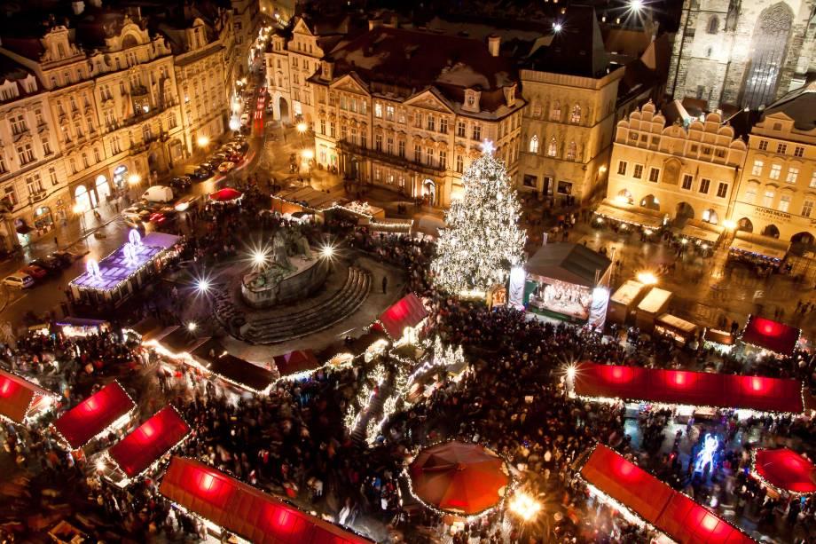"""<a href=""""http://viajeaqui.abril.com.br/cidades/republica-tcheca-praga"""" rel=""""Praga – República Tcheca """" target=""""_blank""""><strong>Praga – República Tcheca </strong></a>A <a href=""""http://viajeaqui.abril.com.br/estabelecimentos/republica-tcheca-praga-atracao-staromestske-namesti-praca-da-cidade-velha"""" rel=""""Praça da Cidade Velha"""" target=""""_blank"""">Praça da Cidade Velha</a> é o ponto natalino mais movimentado da capital da República Tcheca. Uma imensa árvore de Natal iluminada é ponto de referência no local que fica rodeado por uma feira natalina com delícias, badulaques típicos dessa época do ano e bebidas quentes para espantar o frio<a href=""""http://www.booking.com/city/cz/prague.pt-br.html?aid=332455&label=viagemabril-natal"""" rel=""""Veja hotéis em Praga no booking.com"""" target=""""_blank""""><em>Veja hotéis em Praga no Booking.com</em></a>"""