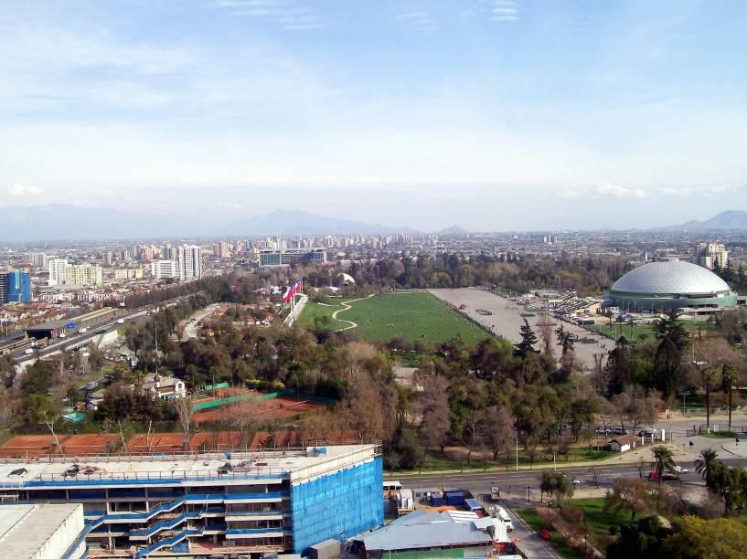 Uma área verde extremamente agradável da cidade de Santiago é o Parque OHiggins, muito querido e utilizado pelos moradores da capital chilena. Ele também oferece lugares para fazer churrasco, quadras de tênis, áreas de recreação para crianças e frequemente abriga eventos culturais, como shows de música e peças de teatro