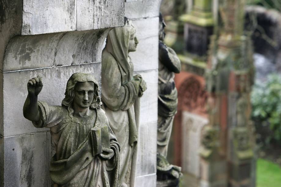 A antes pequena e desconhecida Capela de Roslin, na Escócia, é hoje uma grande atração turística, na esteira do sucesso do livro <em>O Código da Vinci</em>, de Dan Brown