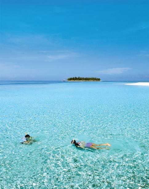 Ilhota das Maldivas em meio ao azul irreal do Índico