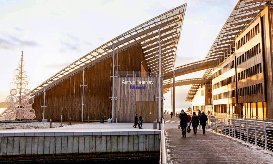 """<a href=""""http://afmuseet.no/en"""" rel=""""Astrup Fearnley Museet"""" target=""""_blank""""><strong>Astrup Fearnley Museet</strong></a>Só a caminhada no promenade de cafés, bares e restaurantes para Tjuvholmen, onde fica o museu, já vale o passeio. Mas ainda tem o próprio bairro, com aqueles prédios-caixotes modernos e descolados que dão vontade de morar. O Astrup, projeto banérrimo de Renzo Piano (italiano que desenhou o Pompidou de Paris), guarda um acervo bem contemporâneo, estilo """"Bienal de SP"""", e exibe sempre obras cortantes e instalações corrosivas de nomes como Damien Hirst eJeff Koons. <em>(NOK 120, cerca de US$ 14)</em>"""