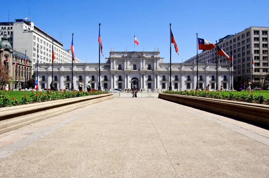 """<strong>3. <a href=""""http://viajeaqui.abril.com.br/estabelecimentos/chile-santiago-atracao-palacio-de-la-moneda"""" rel=""""Palacio de la Moneda"""" target=""""_blank"""">Palacio de la Moneda</a></strong>        Qualquer panfleto turístico de Santiago que se preze tem uma imagem do Palacio de la Moneda. E não é para menos: o local é a sede da presidência do Chile e fica no coração de sua capital. Inaugurado em 1805 como Casa da Moeda, o edifício exibe um lindo estilo neoclássico e é cercado por uma praça florida perfeita para belas caminhadas"""