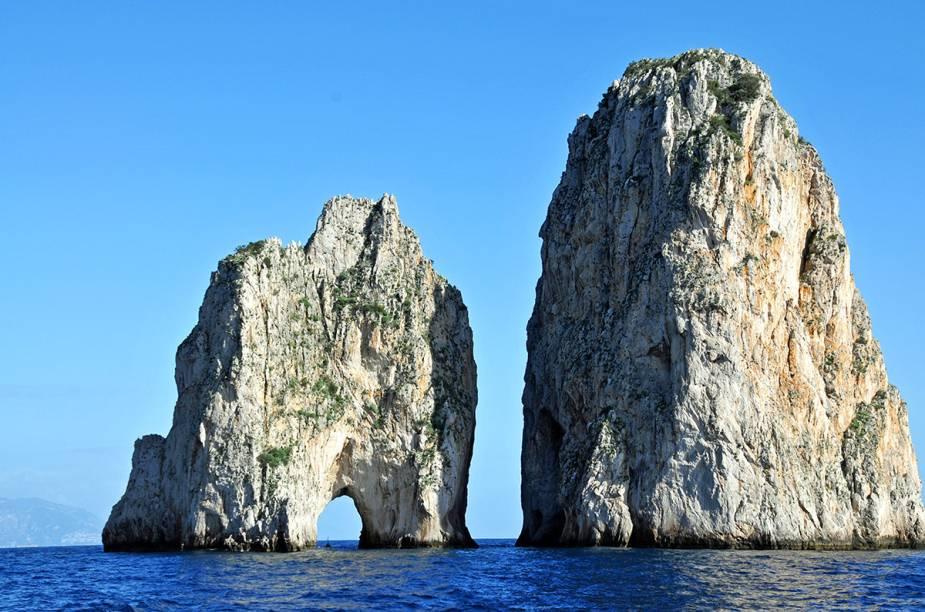 """<a href=""""http://viajeaqui.abril.com.br/cidades/italia-capri"""" rel=""""Capri"""">Capri</a> tem formações rochosas capazes de fazer qualquer um se apaixonar pela geografia da ilha"""