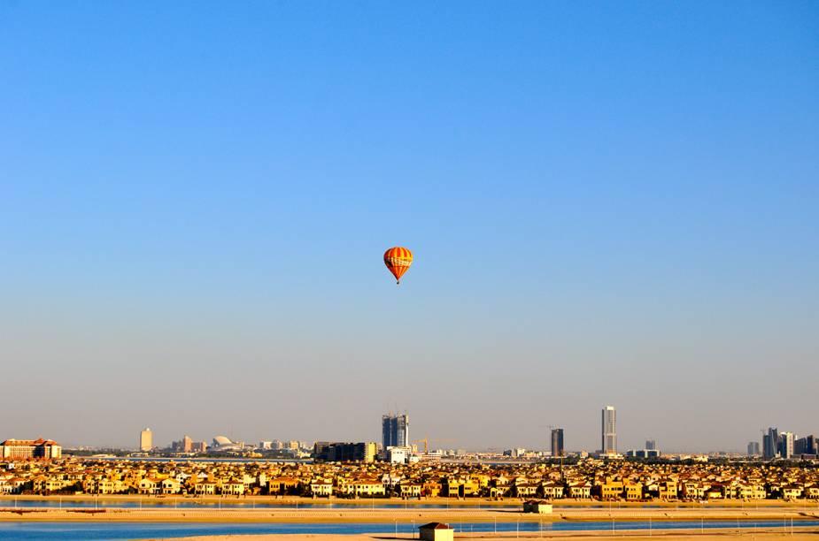 """Tudo acontece em <a href=""""http://viagemeturismo.abril.com.br/cidades/dubai/"""">Dubai</a>. Passeios de balão também. Alguns voos até passam sobre a cidade dos <a href=""""http://viagemeturismo.abril.com.br/paises/emirados-arabes-unidos/"""">Emirados Árabes Unidos</a>, onde os turistas podem observar a modernidade e luxo árabe. Mas o passeio mais procurado é sobre o deserto. A 30minutos da cidade, quem sobe em um balão no deserto é presenteado com a visão de dunas, oásis e camelos."""