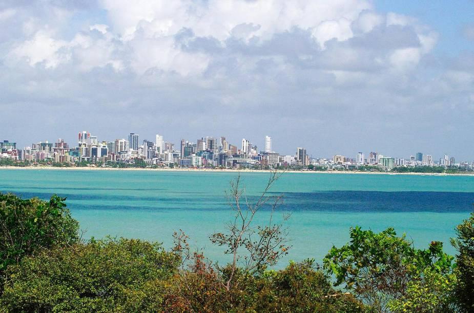 A cidade de João Pessoa emoldurada pelo oceano em tons de azul