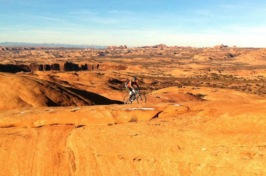 """<strong>Utah, <a href=""""http://viajeaqui.abril.com.br/paises/estados-unidos"""" target=""""_blank"""" rel=""""noopener"""">Estados Unidos</a></strong> O Estado é considerado a Meca do mountain bike e possui diversas trilhas, com níveis de dificuldade diferentes. O <strong>Parque Estadual Dead Horse</strong>é um dos principais destinos para ciclistas interessados em explorar desfiladeiros e penhascos cor ocre com vista para o rio Colorado."""