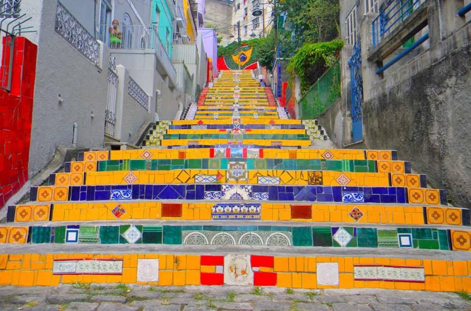 """<strong>5.<a href=""""http://viajeaqui.abril.com.br/estabelecimentos/br-rj-rio-de-janeiro-atracao-escadaria-selaron"""" target=""""_blank"""" rel=""""noopener"""">Escadaria Selarón</a>, Lapa, <a href=""""http://viajeaqui.abril.com.br/cidades/br-rj-rio-de-janeiro"""" target=""""_blank"""" rel=""""noopener"""">Rio de Janeiro</a></strong> Entre as atrações do bairro boêmio da Lapa, na região central do Rio, está essa escadaria assinada pelo artista chileno Jorge Selarón, que liga a Rua Joaquim Silva à Ladeira de Santa Teresa. O destino do pintor e ceramista, responsável pela junção harmônica do conjunto vivo de azulejos, foi trágico: em 2013, seu corpo foi encontrado carbonizado na própria escadaria que leva o seu nome, próximo à casa na qual viveu por mais de trinta anos. Sua obra, felizmente, virou um dos pontos mais alegres e cheios de vida da cidade"""