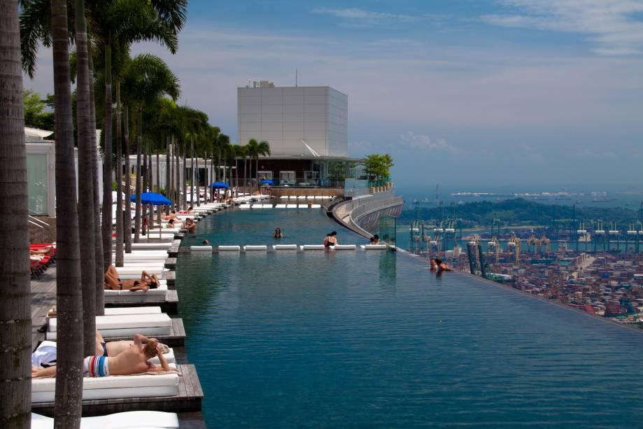"""O hotel é um dos principais pontos turísticos do país e abriga uma linda piscina infinita ao ar livre. E com um bônus: ela está localizada no topo do edifício! As acomodações de luxo são um grande destaque <em><a href=""""http://www.booking.com/landmark/sg/marina-bay-sands-casino.pt-br.html?aid=332455&label=viagemabril-as-piscinas-mais-incriveis-do-mundo"""" target=""""_blank"""">Veja os preços do Hotel Marina Bay Sands no Booking.com</a></em>"""
