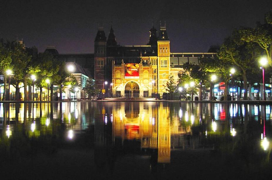 """O <a href=""""http://viajeaqui.abril.com.br/estabelecimentos/holanda-amsterda-atracao-rijksmuseum"""" rel=""""Rijksmuseum"""" target=""""_blank"""">Rijksmuseum</a> à noite, em Amsterdã - um dos pontos mais icônicos da cidade"""