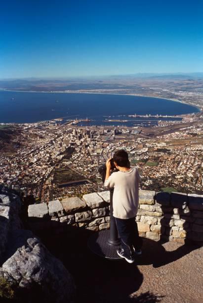 """De cima da <a href=""""http://viajeaqui.abril.com.br/estabelecimentos/africa-do-sul-cidade-do-cabo-atracao-table-mountain"""" rel=""""Table Mountain"""" target=""""_blank"""">Table Mountain</a>, a mil metros de altura, aproveite para contemplar as praias, o estádio de futebol e a Robben Island"""