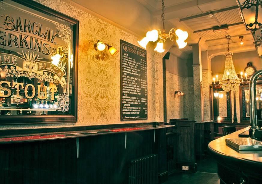"""<a href=""""http://www.queensheadpiccadilly.com/"""" rel=""""The Queen's Head"""" target=""""_blank""""><strong>The Queen's Head</strong></a>        Em plena Picadilly Circus, um pub que mistura turistas, executivos e gente que apenas faz um pitstop da loucura da região. Para acompanhar lagers, stouts e real ales, ótimos pratos clássicos de pub, como fish & chips e torta de haddock, que está mais para um ótimo escondidinho de peixe com catupiry. Quinzenalmente, às quartas, há espetáculos de comédia no andar superior. <em>15 Denman St., Piccadilly Circus</em>"""