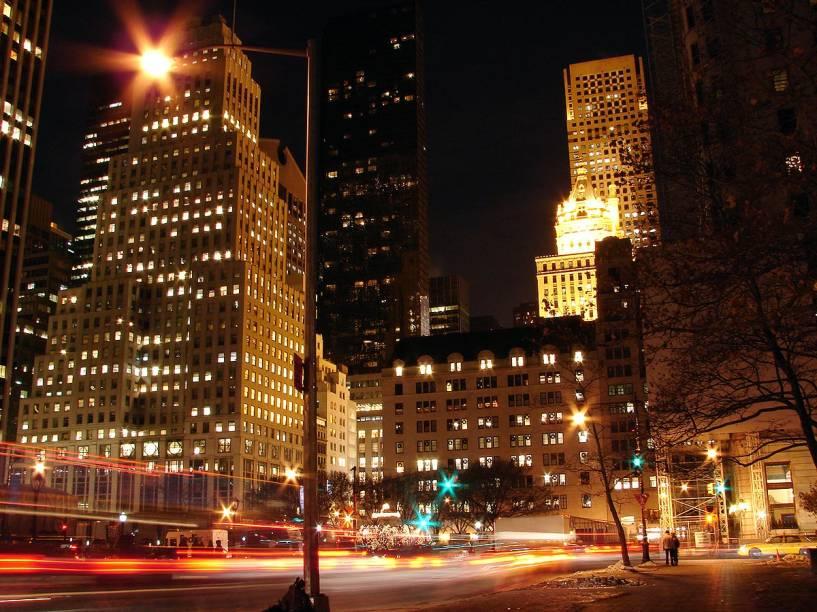 A 5ª Avenida à noite, com suas luzes apaixonantes; na foto, a esquina da famosa avenida com a 59th Street, em frente ao hotel The Plaza