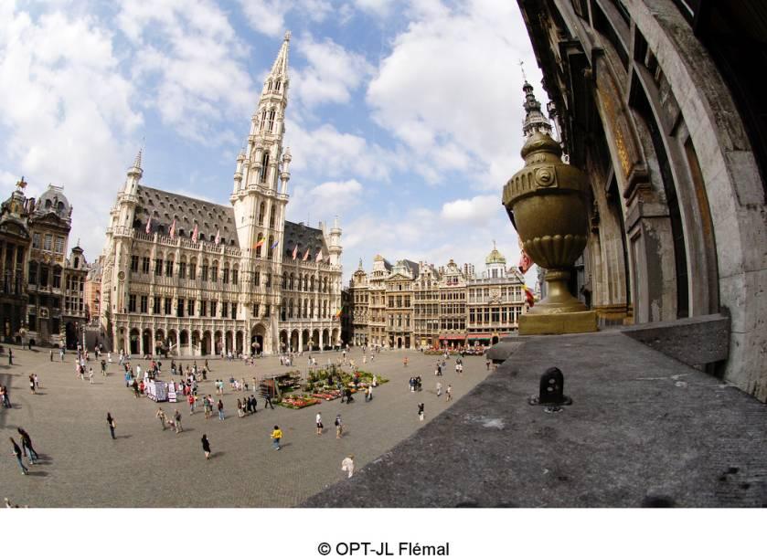 """Com a agulha da prefeitura dominando o entorno, a <a href=""""http://viajeaqui.abril.com.br/estabelecimentos/belgica-bruxelas-atracao-grand-place"""" rel=""""Grand Place de Bruxelas"""" target=""""_blank"""">Grand Place de Bruxelas</a> é o centro da vida comercial e cívica da cidade a quase mil anos. A combinação de vários estilos arquitetônicos que decoram as casas das guildas e sua rica história lhe valeram o título de patrimônio da humanidade"""