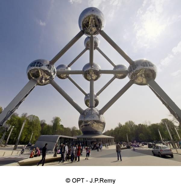 Um dos símbolos iconográficos mais poderosos de Bruxelas, o Atomium foi inaugurado em 1958 para a Expo Mundial. Projetada por André Waterkeyn, representa um átomo de ferro