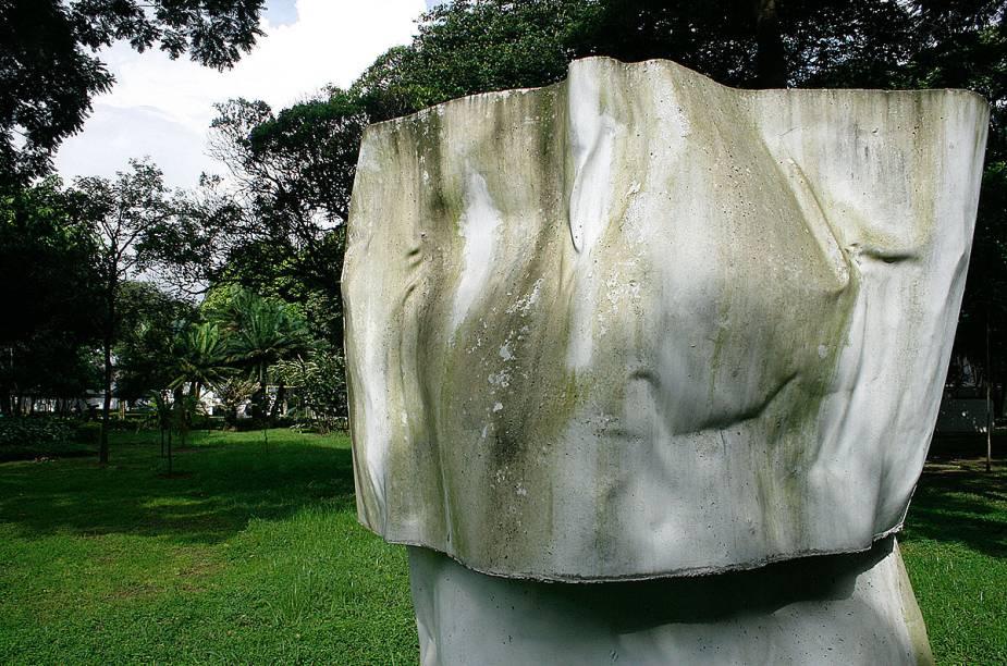 """<strong><a href=""""http://viajeaqui.abril.com.br/estabelecimentos/br-sp-sao-paulo-atracao-jardim-da-luz"""" rel=""""Jardim da Luz"""" target=""""_blank"""">Jardim da Luz</a></strong>                            Antes jardim botânico, trata-se do mais antigo parque público de São Paulo. Cerca de 50 esculturas de artistas como Victor Brecheret, Lasar Segall e Carlito Carvalhosa (foto) aparecem em meio às arvores."""