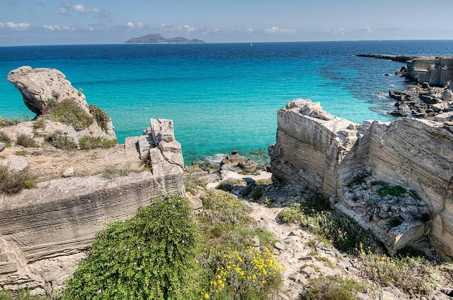 """<strong>Cala Rossa</strong> A praia fica na ilha de Favignana, na costa ocidental da Sicília. É isolada e suas águas cristalinas são propícias para um banho de mar, parece uma piscina. A paisagem que rodeia o local é uma atração à parte: pedreiras de calcária que já não são mais utilizadas. Nessa praia, é comum estender as toalhas sobre as pedras para tomar sol.<em><a href=""""https://www.booking.com/searchresults.en-gb.html?aid=332455&lang=en-gb&sid=eedbe6de09e709d664615ac6f1b39a5d&sb=1&src=searchresults&src_elem=sb&error_url=https%3A%2F%2Fwww.booking.com%2Fsearchresults.en-gb.html%3Faid%3D332455%3Bsid%3Deedbe6de09e709d664615ac6f1b39a5d%3Bcity%3D-129637%3Bclass_interval%3D1%3Bdest_id%3D-130729%3Bdest_type%3Dcity%3Bdtdisc%3D0%3Bfrom_sf%3D1%3Bgroup_adults%3D2%3Bgroup_children%3D0%3Binac%3D0%3Bindex_postcard%3D0%3Blabel_click%3Dundef%3Bno_rooms%3D1%3Boffset%3D0%3Bpostcard%3D0%3Braw_dest_type%3Dcity%3Broom1%3DA%252CA%3Bsb_price_type%3Dtotal%3Bsearch_selected%3D1%3Bsrc%3Dsearchresults%3Bsrc_elem%3Dsb%3Bss%3DTeulada%252C%2520%25E2%2580%258BSardinia%252C%2520%25E2%2580%258BItaly%3Bss_all%3D0%3Bss_raw%3DTeuladano%3Bssb%3Dempty%3Bsshis%3D0%3Bssne_untouched%3DSestri%2520Levante%26%3B&ss=Favignana%2C+%E2%80%8BSicily%2C+%E2%80%8BItaly&ssne=Teulada&ssne_untouched=Teulada&city=-130729&checkin_monthday=&checkin_month=&checkin_year=&checkout_monthday=&checkout_month=&checkout_year=&no_rooms=1&group_adults=2&group_children=0&highlighted_hotels=&from_sf=1&ss_raw=Favignana&ac_position=0&ac_langcode=en&dest_id=-117329&dest_type=city&place_id_lat=37.93145&place_id_lon=12.32736&search_pageview_id=faf390bd76a200e4&search_selected=true&search_pageview_id=faf390bd76a200e4&ac_suggestion_list_length=5&ac_suggestion_theme_list_length=0"""" target=""""_blank"""" rel=""""noopener"""">Busque hospedagens emFavignana no Booking.com</a></em>"""