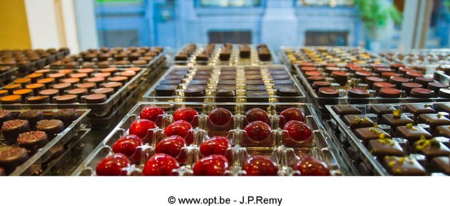 Chocolates são uma arte na Bélgica. Chefs patisser daqui preparam variações insanamente deliciosas vendidas em quiosques com mal-intecionadas vitrines