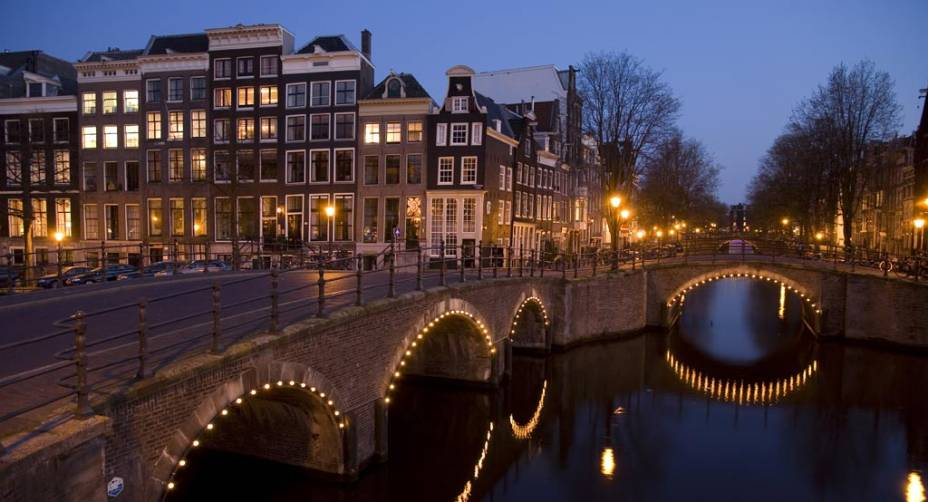 As incontáveis pontes sobre os canais conferem um ar romântico a Amsterdã