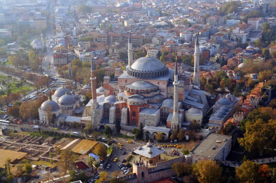 Aya Sofia foi construída pelo imperador Justiniano entre os anos 527 e 537. No século 15 foi transformada em mesquita pelos otomanos e, hoje, é um museu