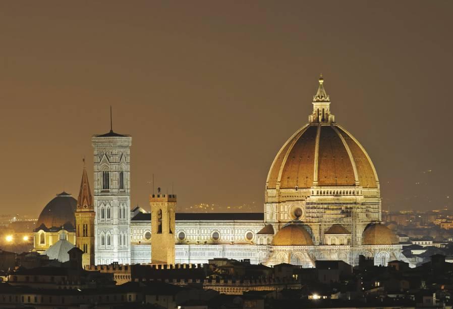 """A <a href=""""https://www.museumflorence.com/monuments/1-cathedral"""" target=""""_blank"""" rel=""""noopener""""><strong>Catedral de Florença</strong></a> começou a ser construída em 1296. A imponente cúpula, projetada por Filippo Brunelleschi, é um dos símbolos da cidade"""