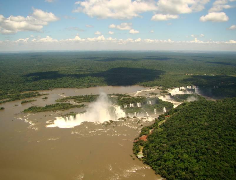 Vista aérea das Cataratas do Iguaçu, que o turista tem acesso ao fazer um passeio de helicóptero com duração de 10 minutos