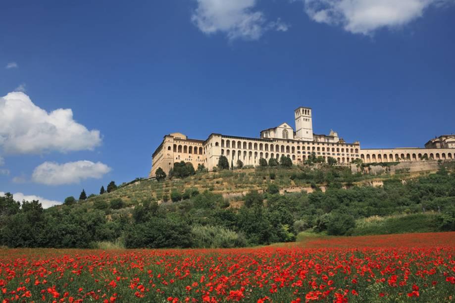 """A Basílica de São Francisco, em <a href=""""http://viajeaqui.abril.com.br/cidades/italia-assis"""" rel=""""Assis"""">Assis</a>, construída no século 13, foi declarada Patrimônio da Humanidade pela Unesco. Ali está sepultado São Francisco, padroeiro da <a href=""""http://viajeaqui.abril.com.br/paises/italia"""" rel=""""Itália"""">Itália</a>"""